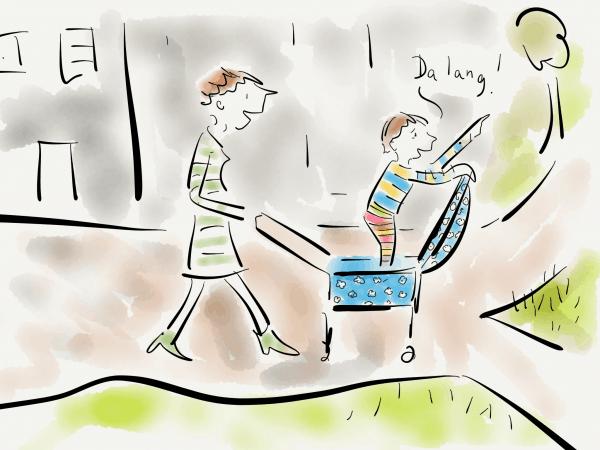 Kind steht im Kinderwagen und weist die Richtung an