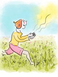Frau läuft mit offenen Augen und Händen über die Wiese