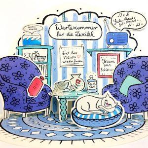 Das blaue Wartezimmer mit vielen Details, wie Wärmflasche, Tasse und Bilderrahmen